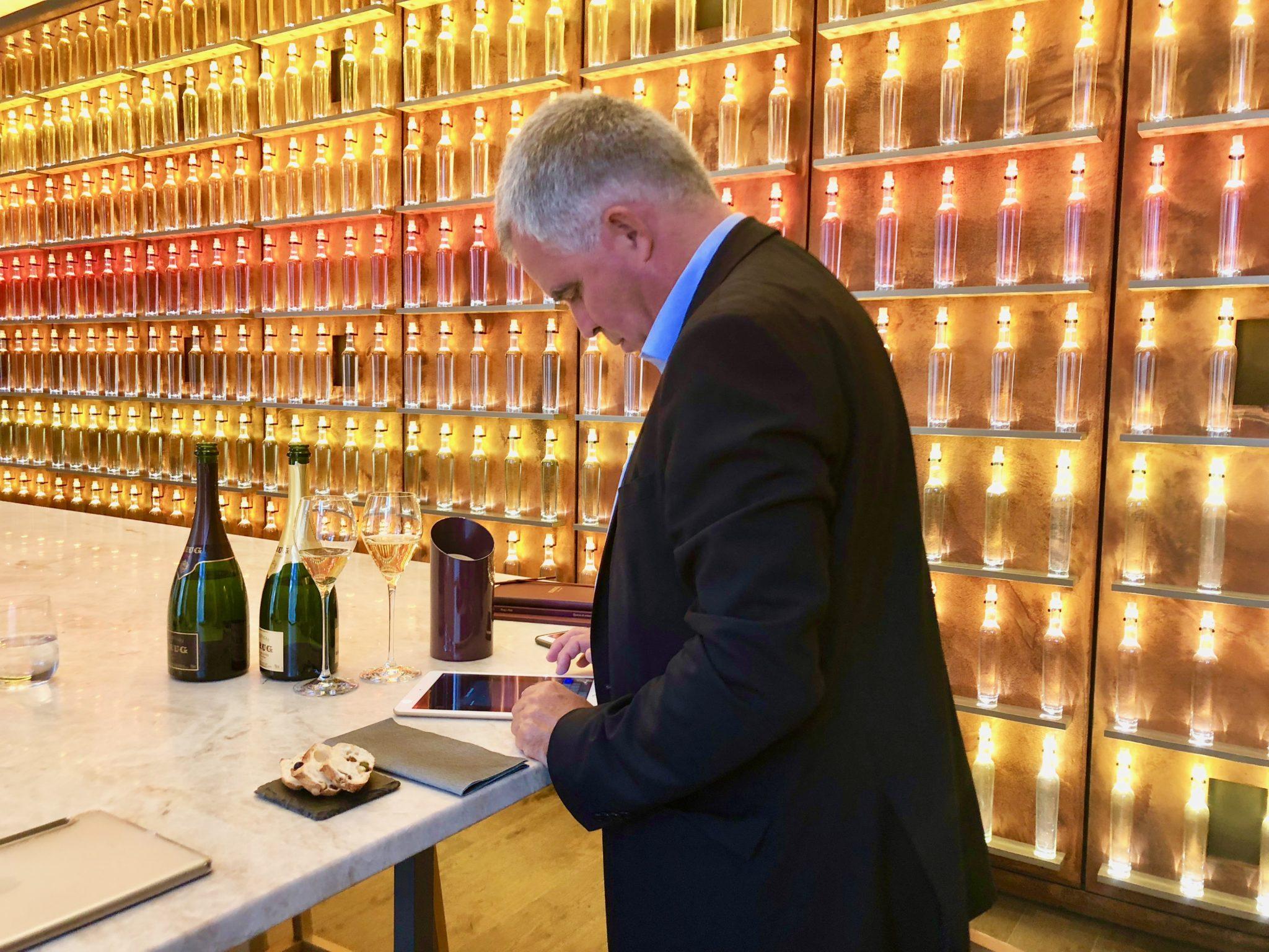 """e mur des """"400 vins """", une salle de degustation au sein de la nouvelle maison Krug."""