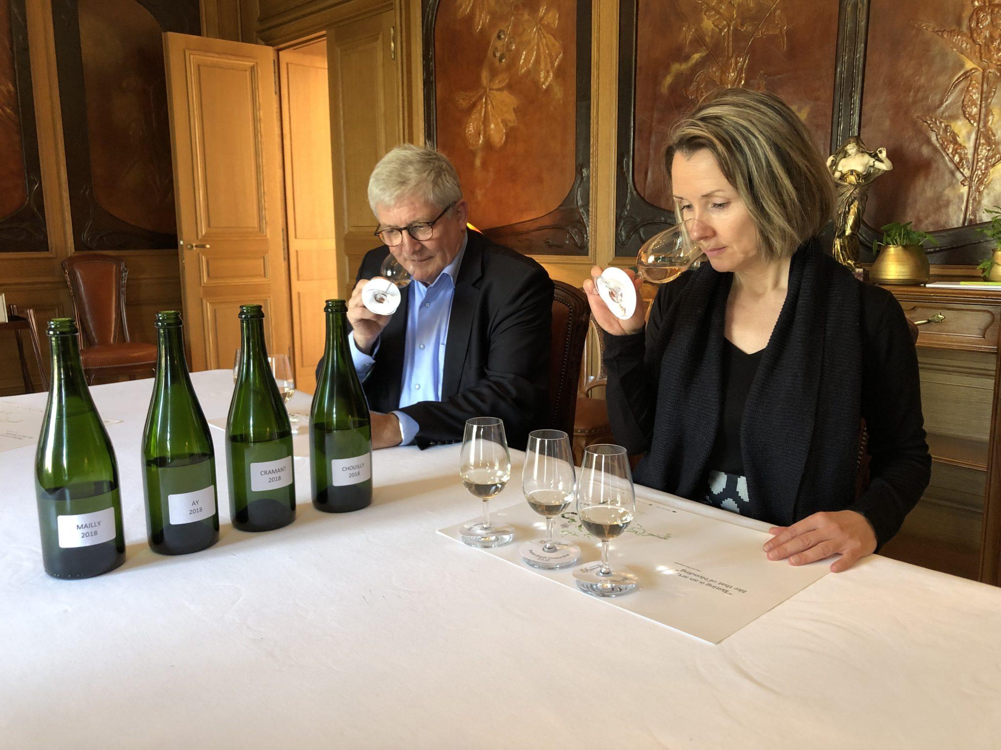 Dégustation de vins clairs dans les salons de la villa Perrier-Jouët.